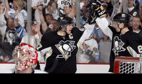Crosby e Satan festeggiano dopo la combinazione che ha portato al quarto gol dei Penguins