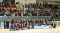 Quando ormai mancano 11 secondi ai tempi supplementari ecco il gol degli USA che, vincendo sulla Norvegia, conquistano il titolo di Campioni del Mondo di Ice Sledge Hockey 2009.
