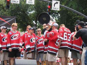 Craig Kowalski (n. 50) alza la Stanley Cup con i Carolina Hurricanes