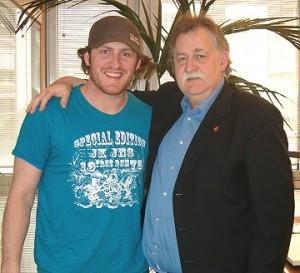 Il presidente Dieter Knoll con Fraser Clair in maggio per la firma del rinnovo del contratto