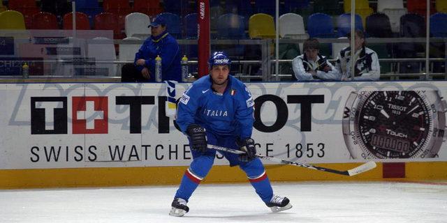 Quando si parla di Jason Cirone i ricordi volano inevitabilmente al 2 maggio 2007, quando ai Mondiali russi, un goal dell'attaccante, realizzato in overtime contro la Lettonia, diede all'Italia l'agognata […]