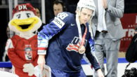 Gli Stati Uniti chiudono i Mondiali di Top Division 2018 conquistando la medaglia di bronzo, il suo Capitano, Patrick Kane, è votato dai media, presenti alla rassegna iridata danese, MVP […]