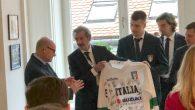 (Bratislava) – Nel tardo pomeriggio di lunedì 13 maggio la Nazionale italiana è stata ricevuta in ambasciata da Sua Eccellenza Gabriele Meucci, al quale è stata consegnata, dalle mani del […]