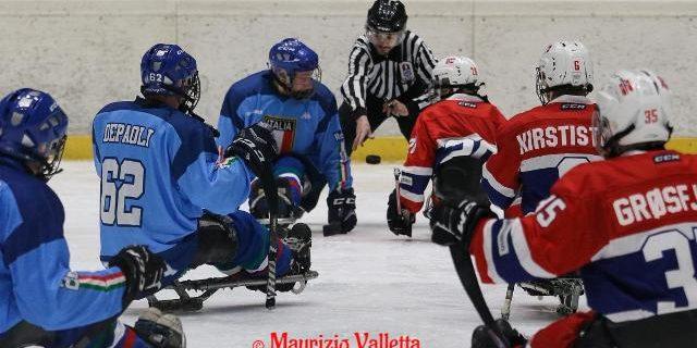 """Prosegue l'operazione Europei 2020per l'Italiadipara ice hockey. Dopo la vittoria del mese scorso nel torneo di Torino intitolato alla memoria dell'indimenticato Andrea """"Ciaz"""" Chiarotti, gli azzurri sono attesi da untriplice […]"""