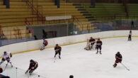di Andrea Scheurer Dopo i primi minuti di studio, 2 dei quali passati in inferiorità numerica, è Andrea Pirelli che porta la formazione del Hockey Milano Bears in vantaggio in […]